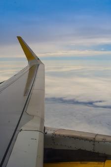 Vista da asa de um avião comercial.