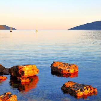 Vista da baía boka kotor em montenegro