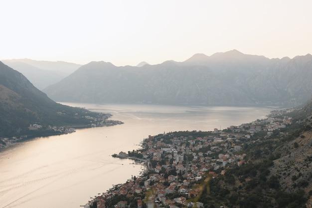Vista da baía de kotor de cima à noite. montenegro 12.07.2021