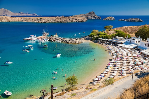 Vista da baía de lindos e da praia, rodes, grécia