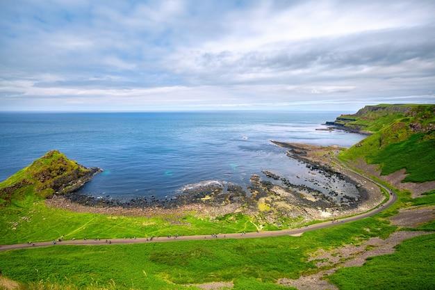 Vista da baía de portnaboe e do penhasco de north antrim ao longo da calçada do gigante, condado de antrim, irlanda do norte, reino unido