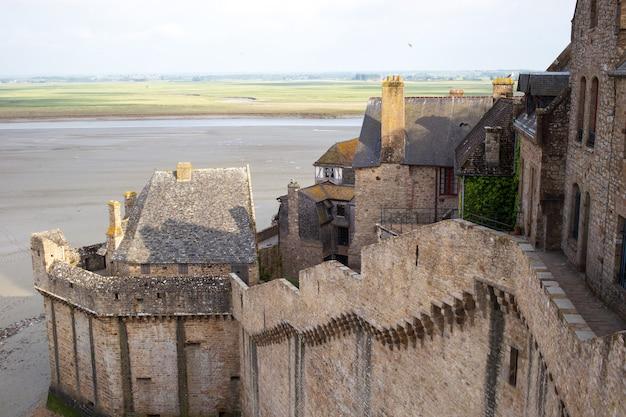 Vista da baía do monte saint-michel de suas muralhas