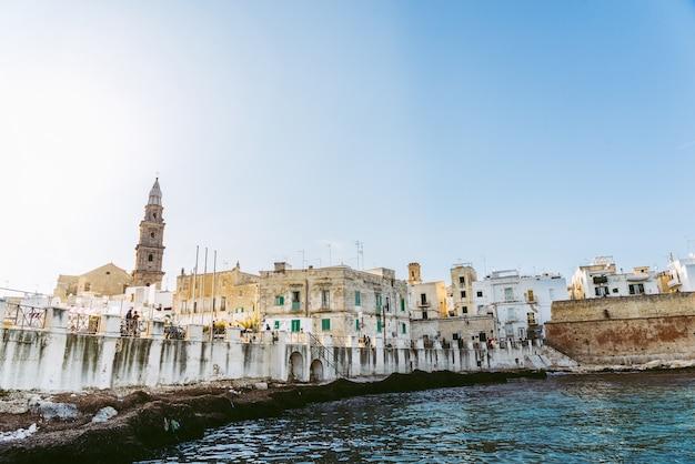Vista da baía do turista aldeia italiana de monopoli