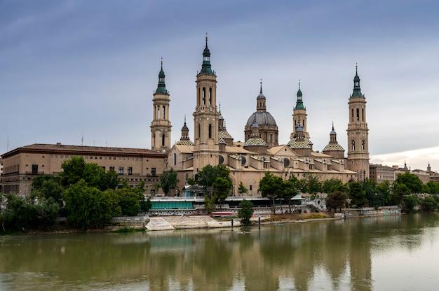 Vista da basílica del pilar e o rio ebro, saragoça, espanha