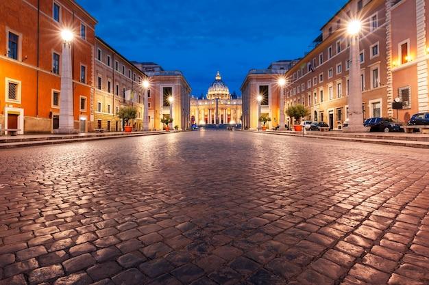 Vista da basílica papal de são pedro no vaticano ou da catedral de são pedro durante a hora azul da manhã em roma, itália.