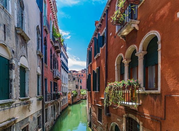 Vista da bela arquitetura de veneza, itália durante o dia