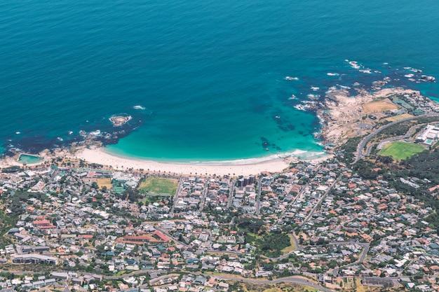 Vista da bela praia de camps bay do topo da table mountain na cidade do cabo