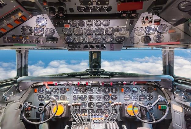 Vista da cabine do avião.