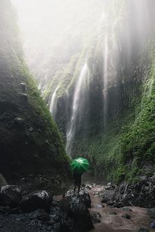 Vista da cachoeira em java, indonésia