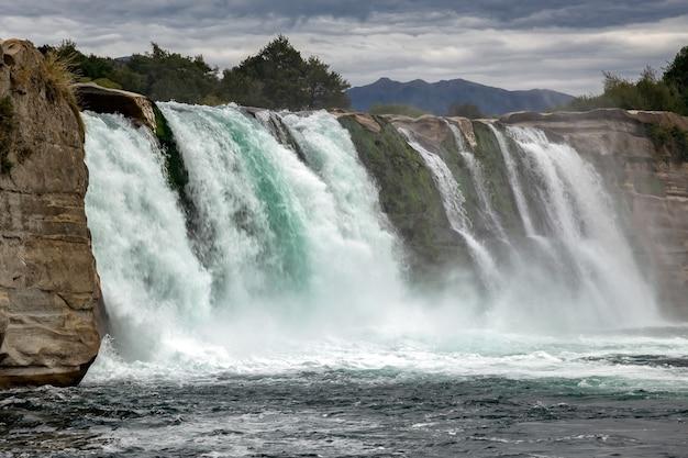 Vista da cachoeira maruia na nova zelândia