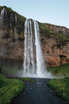 Vista da cachoeira seljalandsfoss na islândia