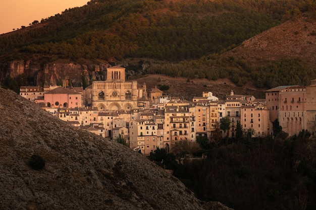 Vista da capital de cuenca na região de castilla-la mancha na espanha.