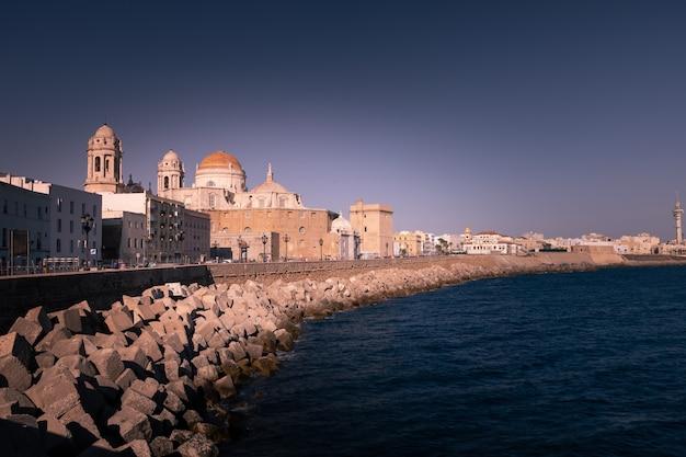 Vista da catedral da cidade de cádiz na andaluzia, espanha.