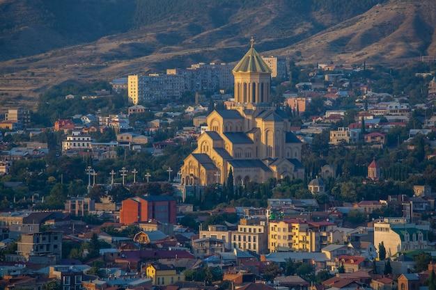 Vista da catedral da santíssima trindade tsminda sameba em tbilisi, geórgia. viagem.