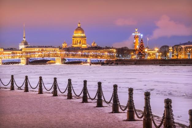 Vista da catedral de santo isaac, ponte do palácio, coluna rostral na strelka em são petersburgo
