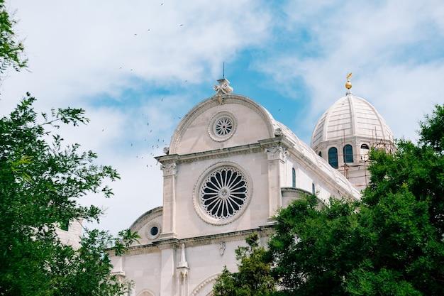 Vista da catedral de são james em sibenik croácia contra a cena do céu azul e verde