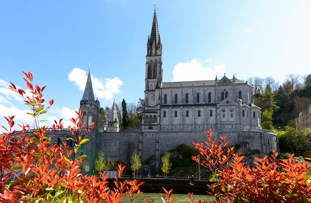 Vista da catedral em lourdes, frança