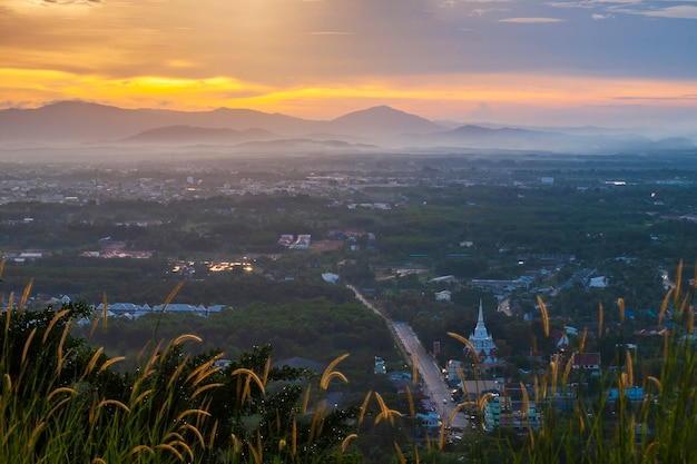 Vista da cidade à noite na colina.