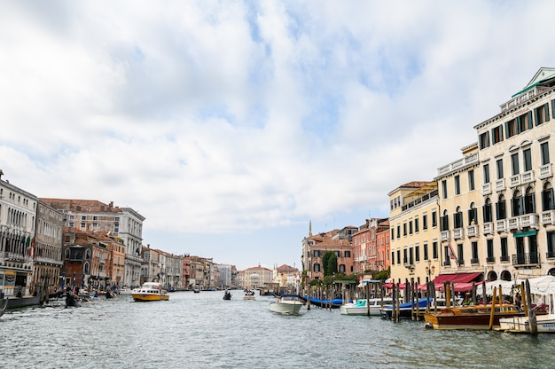 Vista da cidade a partir do grand canal, centro histórico.