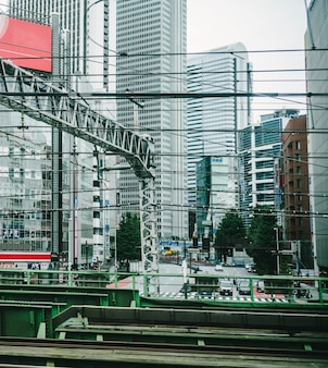 Vista da cidade a partir do trem do metrô em movimento