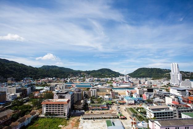 Vista da cidade da janela do hotel em phuket.