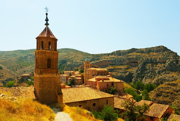 Vista da cidade das montanhas no dia ensolarado