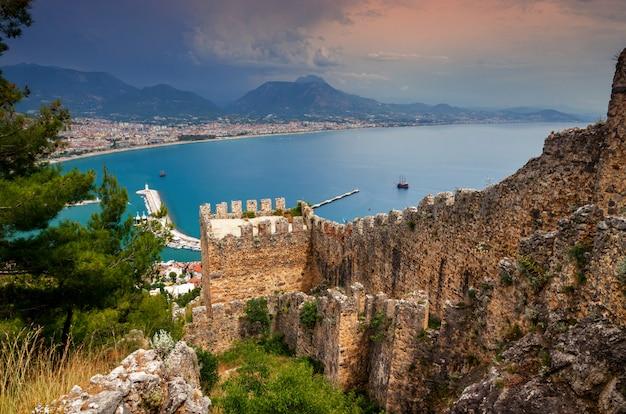 Vista da cidade de alanya do castelo de alanya na turquia