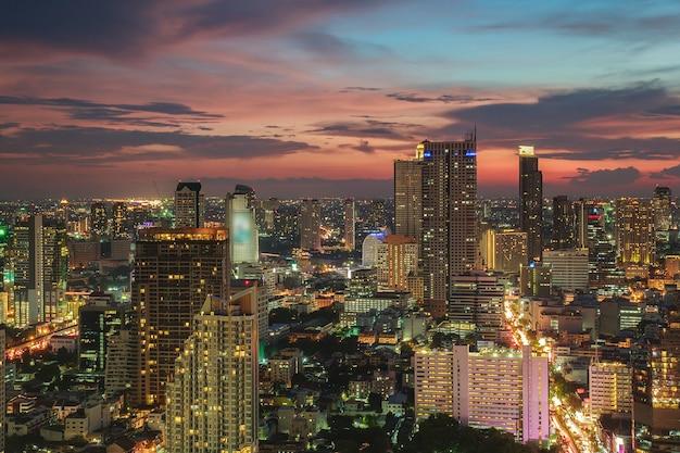 Vista da cidade de banguecoque, distrito financeiro com edifício alto ao entardecer (bangkok, tailândia)