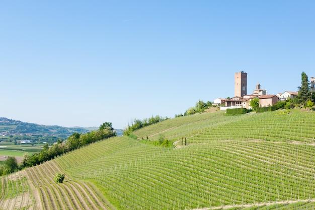 Vista da cidade de barbaresco, langhe, itália