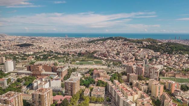 Vista da cidade de barcelona em dia ensolarado. vista aérea