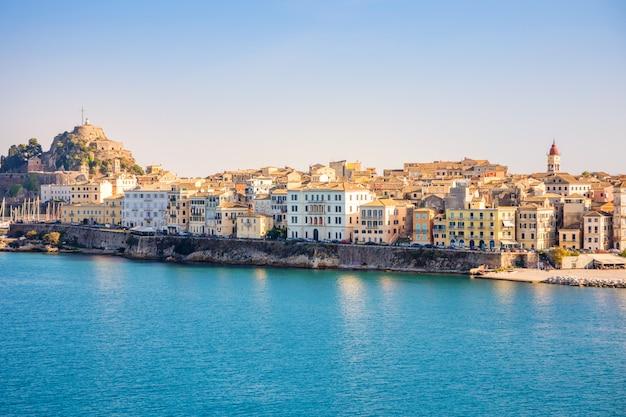 Vista da cidade de corfu da água, grécia