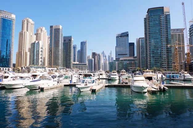 Vista da cidade de dubai com edifícios e barcos