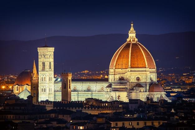 Vista da cidade de florença à noite com cúpula da basílica
