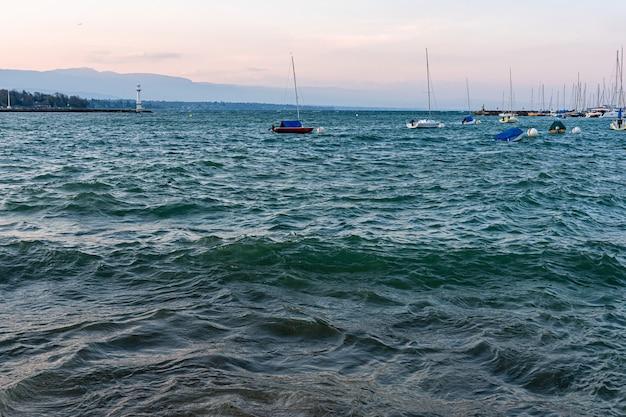 Vista da cidade de genebra e do porto do lago de genebra após o pôr do sol