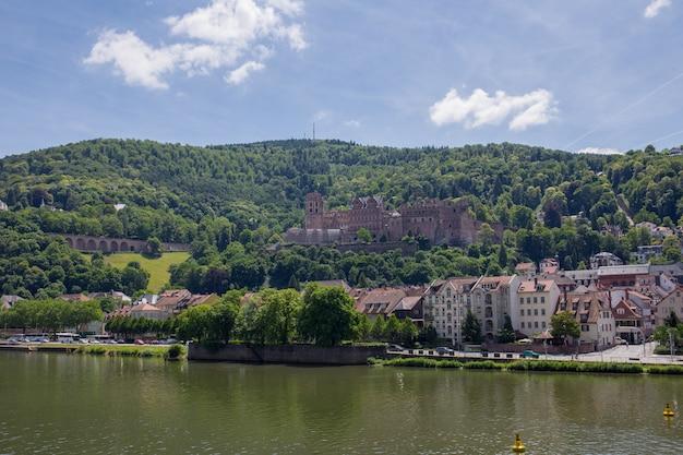 Vista da cidade de heidelberg, nas margens do neckar, no sudoeste da alemanha.