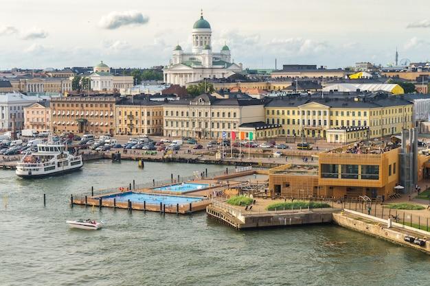 Vista da cidade de helsinque. catedral de são nicolau e praça do mercado