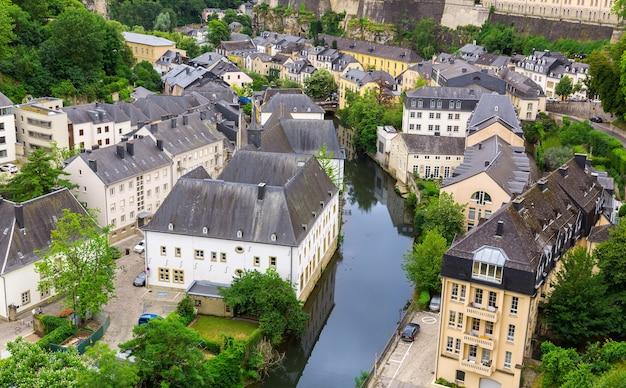 Vista da cidade de luxemburgo, antiga igreja no rio. arquitetura europeia antiga, edifícios medievais de pedra, país do benelux