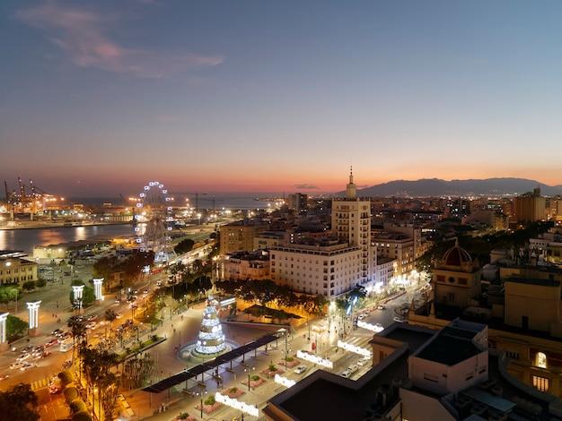 Vista da cidade de málaga à noite na época do natal.