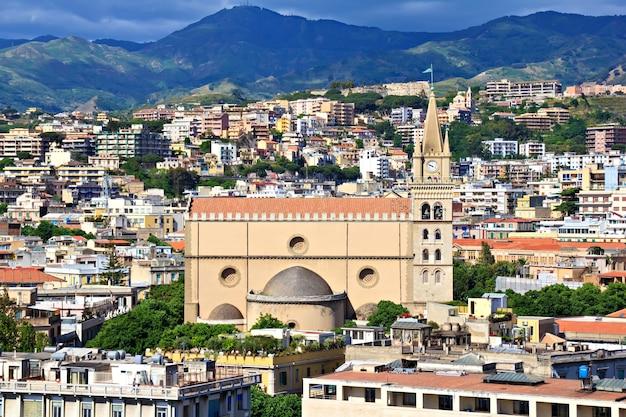 Vista da cidade de messina tirada do mar, sicília, itália