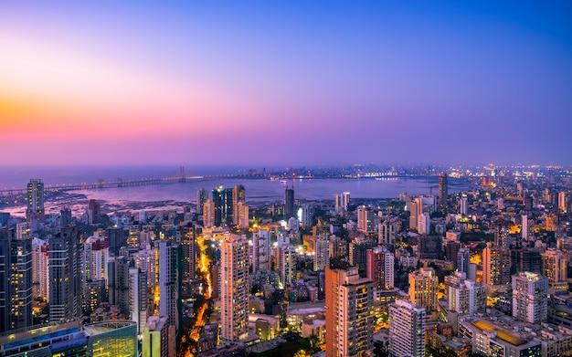 Vista da cidade de mumbais ao redor do link bandra worli sea esta é a linha do horizonte de prabhadevi e dadar em mumbai