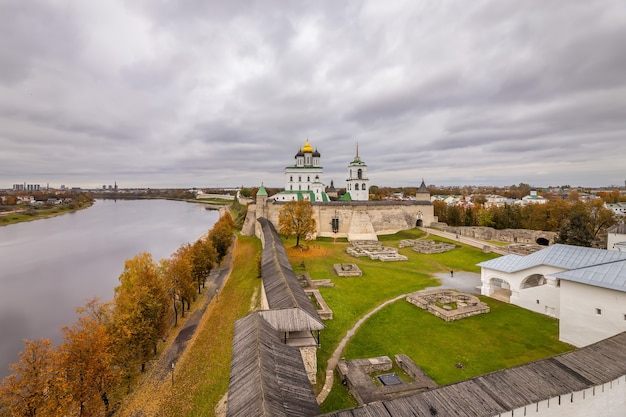 Vista da cidade de pskov kremlin krom e pskov, rússia