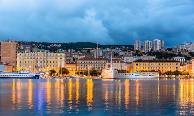 Vista da cidade de rijeka na croácia