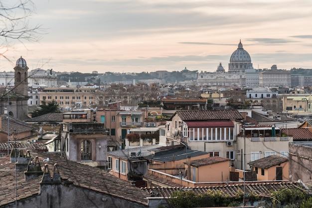 Vista da cidade de roma e da basílica de são pedro no vaticano
