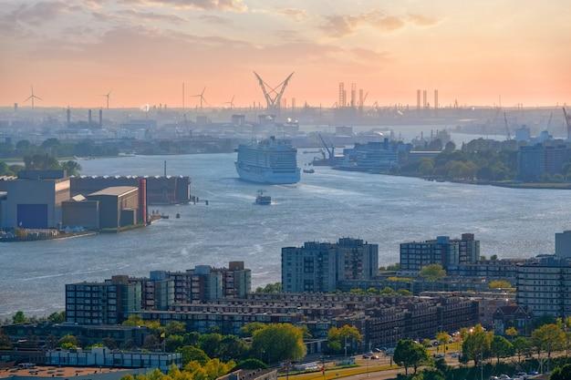 Vista da cidade de roterdã e do rio nieuwe maas