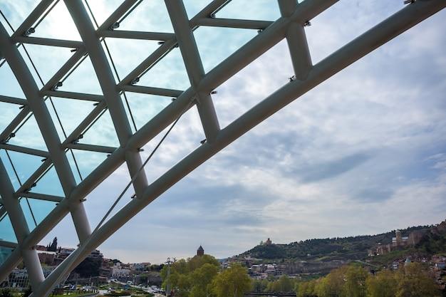 Vista da cidade de tbilisi da ponte da paz.