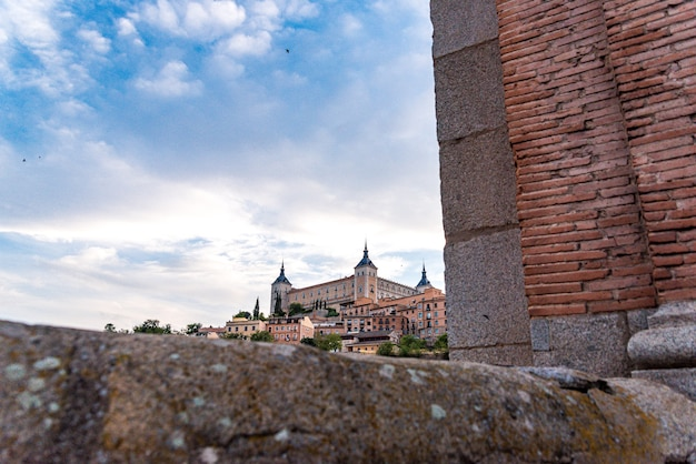 Vista da cidade de toledo a partir da ponte de alcântara. vista da cidade entre paredes.