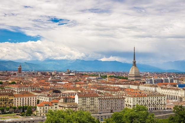 Vista da cidade de torino (turim, itália) com a mole antonelliana elevando-se sobre os edifícios