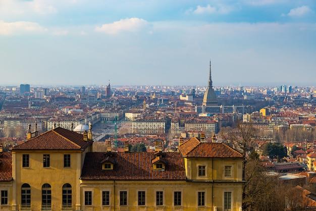 Vista da cidade de turim, torino, itália ao pôr do sol, panorama com a mole antonelliana