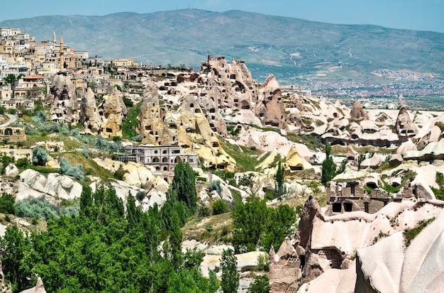 Vista da cidade de uchisar e do castelo do vale dos pombos na capadócia, turquia