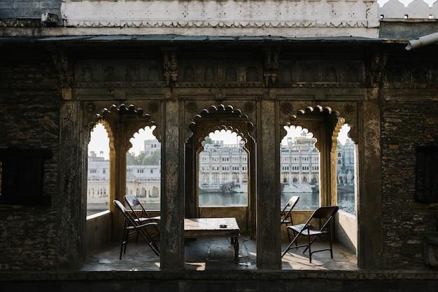 Vista da cidade de udaipur de uma varanda de hotel em rajasthan, índia